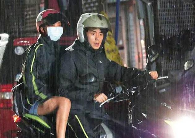 热恋正甜蜜!卓文萱许少瑜雨中共乘摩托车被拍