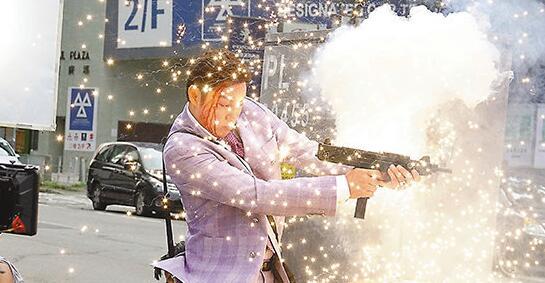 枪战的反应弹几乎是在演员旁边爆开。