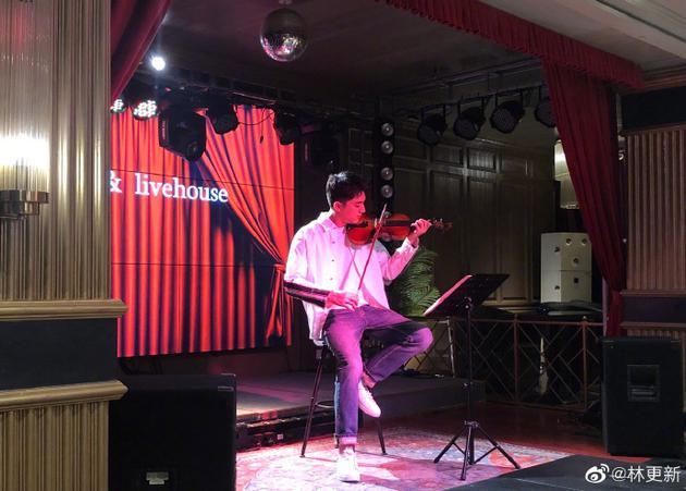 林更新小提琴摆拍图