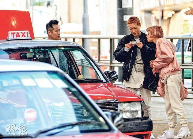吴卓林与Andi由吴绮莉腹地经纪人(左)伴随乘的士脱离机场。