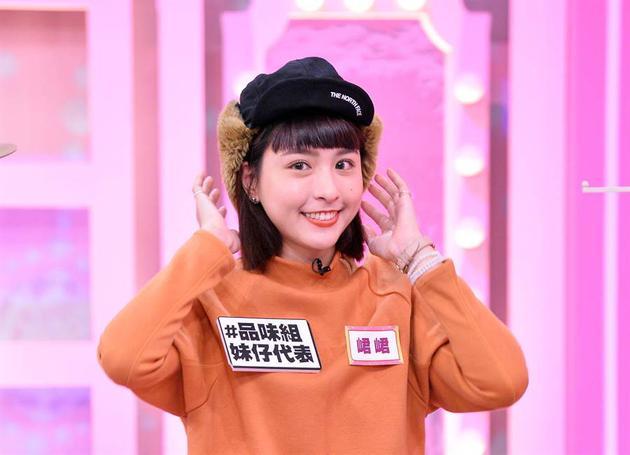 黄鸿升女友峮峮停工录电视节目 满脸灿笑引人疼