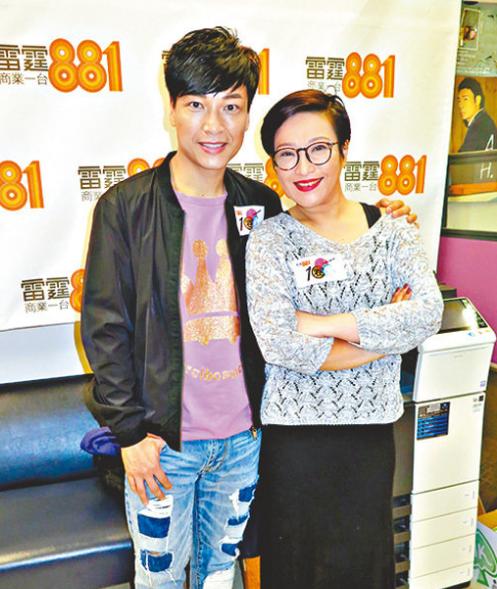 (左起)谭伟权和刘雅丽为新舞台剧创作了一首歌。