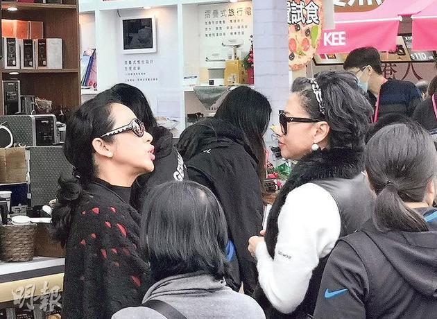 朱玲玲(左)和葉倩文(右)一邊看一邊交換購物心得。