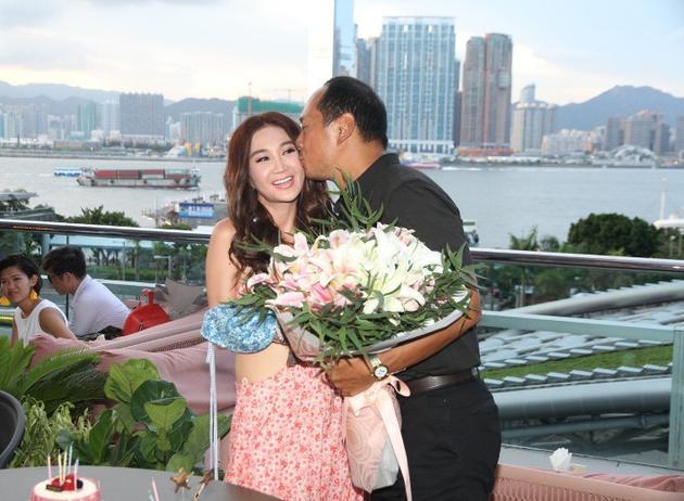 温碧霞预祝52岁生日 老公送礼又献吻恩爱甜蜜