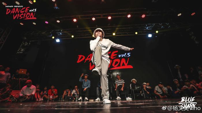 杨文昊表演街舞(图片来自个人微博)