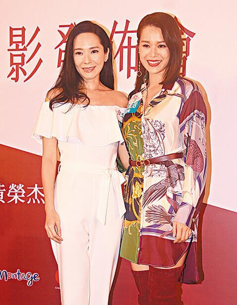 同屆港姐郭羨妮(左)和胡杏兒笑稱在後臺都重提往事。