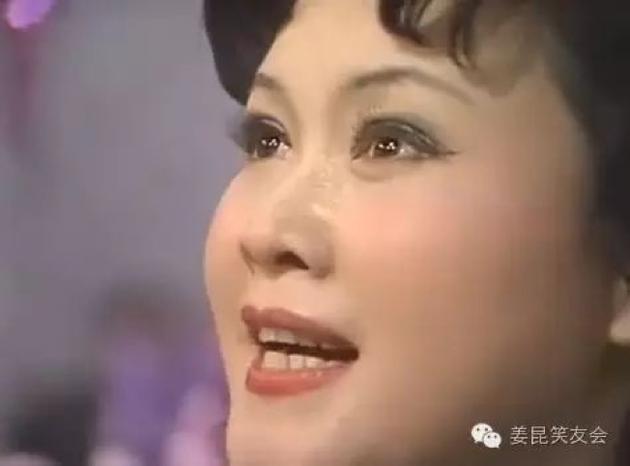 李谷一滿懷深情的一曲《鄉戀》感動了億萬觀衆。像一道閃電,劃過春晚的夜空,光芒耀眼。(選自《姜昆笑友會》圖)