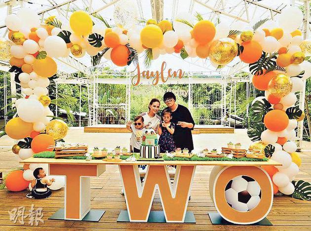周杰伦与太太昆凌及女儿为儿子庆祝2岁生日