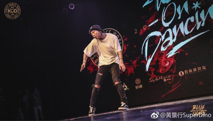 黄景行表演街舞(图片来自个人微博)