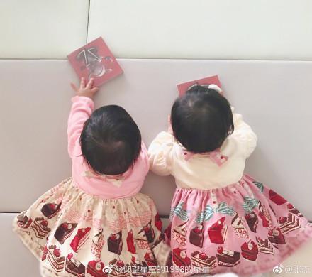 张杰晒双胞胎女儿背影