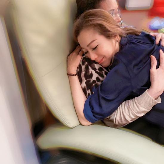 鄭秀文緊緊擁抱母親