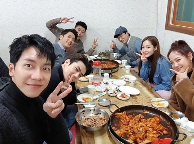 李昇基与友人聚餐。