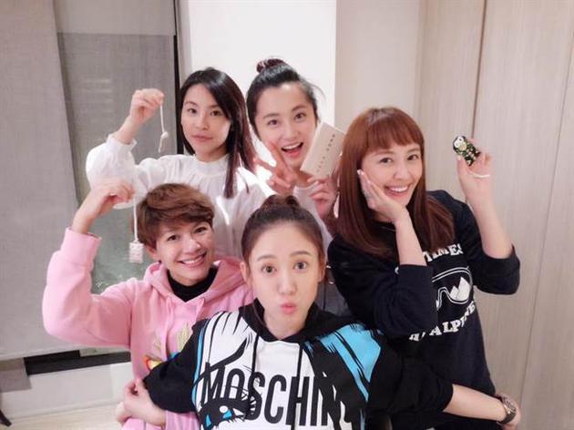 陳喬恩(前中)、賴薇如(右起)、趙小僑。