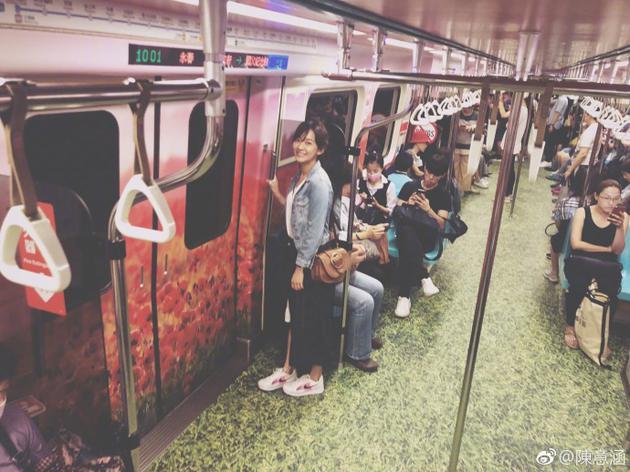 陈意涵搭地铁