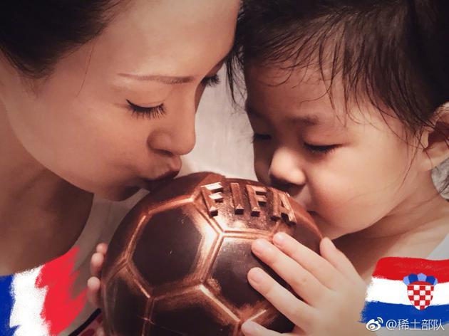 章子怡分享幸福日常 与女儿醒醒嘟嘴吻足球超温馨