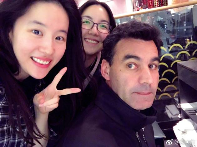 刘亦菲与工作人员合影 皮肤细腻对镜比耶超开心