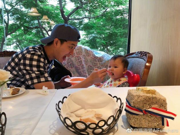 江宏傑給女兒餵飯