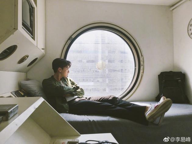 李易峯雙手抱起坐窗邊遠望