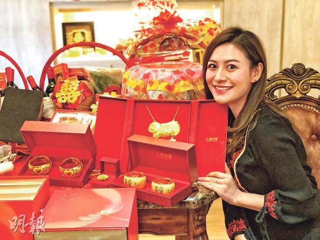 江若琳收到的大礼有金猪牌、两对龙凤手镯等。