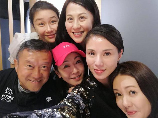 曾志伟(前排左首)与袁洁莹、李若彤、李丽珍、张慧仪(后排左首)、江欣燕再度欢聚
