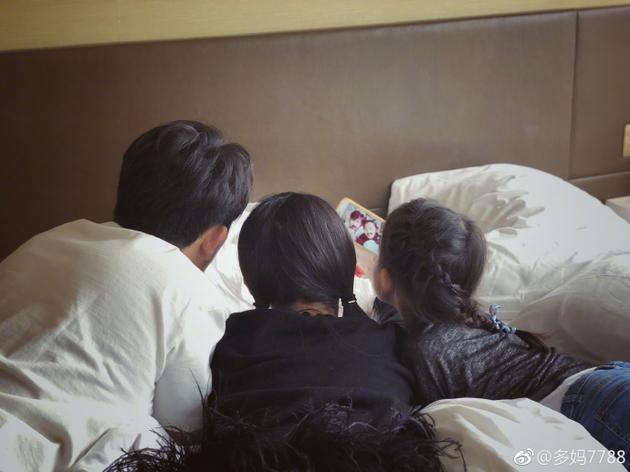 父女三人背影温馨