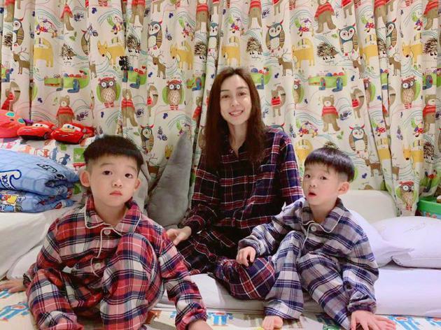 范玮琪与儿子们开睡衣派对