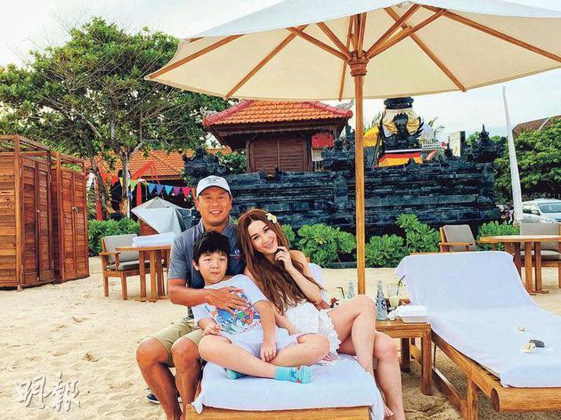 温碧霞与老公Kenny及儿子Xavier前去巴厘岛度伪,一家三口喜悦共度圣诞及新年。