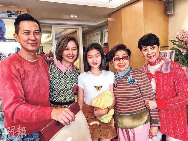 张家辉(左起)与太太关咏荷、女儿张童跟白雪仙及陈宝珠合照。