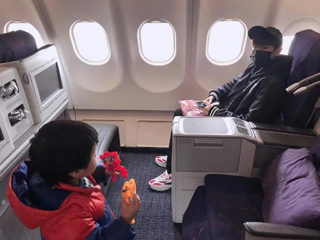 网友飞机上偶遇王源。