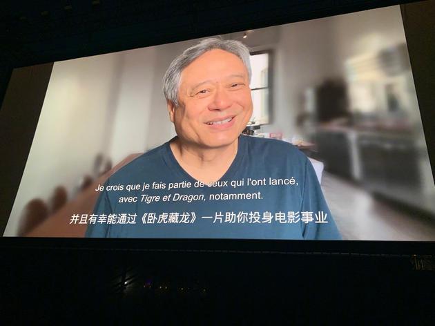 《臥虎藏龍》在戛納海灘放映時,導演李安發來視頻祝賀章子怡