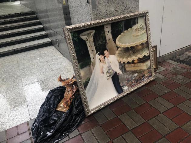 垃圾堆旁惊现张家辉关咏荷甜蜜结婚照
