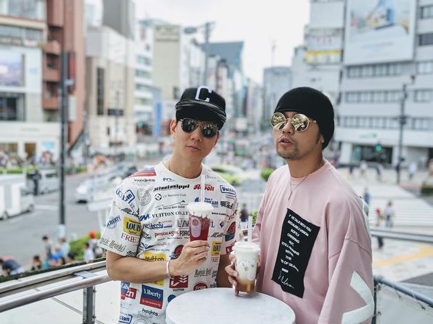 周杰伦带林俊杰喝奶茶:跟着哥哥我 不会错