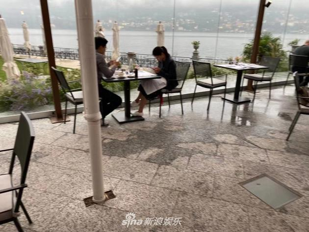 郭晶晶霍啓剛夫婦在意大利度假被偶遇