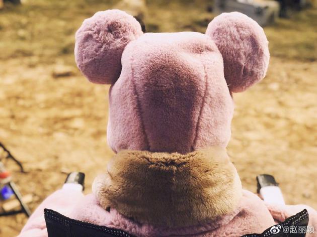 开工的米奇!赵丽颖裹粉色毛毛衣露背影软萌可爱