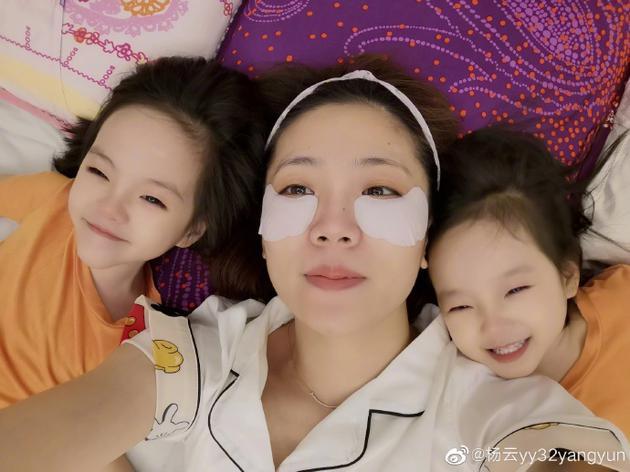 杨云和双胞胎女儿