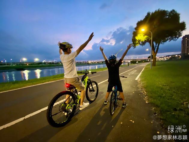 林志颖与儿子骑行