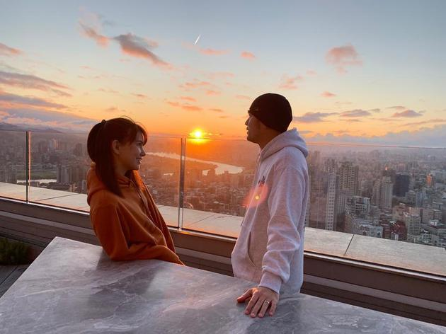 周杰伦昆凌七夕天台看日出 两人甜蜜对望爱意满满