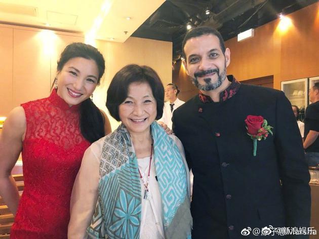 原子惠与妈妈郑佩佩还有老公合影