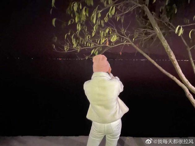 《【摩杰登陆注册】吉克隽逸夜游想拍美照 结果手机掉湖里了慌张抱头》