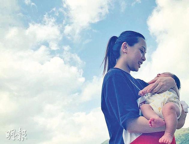 """张致恒未婚妻发抱宝宝照片 称""""知道真相已足够"""""""