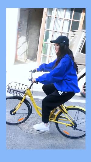 杨幂骑自行车倡导绿色出行 用双jio刹车显反差萌
