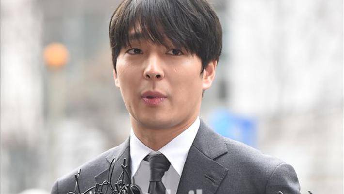 崔钟勋涉嫌散布偷拍视频被调查 警察厅外鞠躬致歉