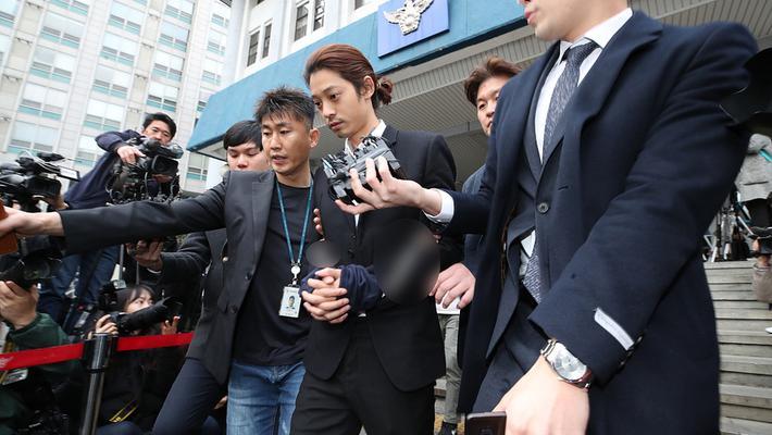 郑俊英离开警局被移送检方 一脸胡渣显沧桑