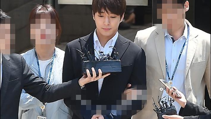 崔钟勋正式被拘留 双手捆绑走出法院
