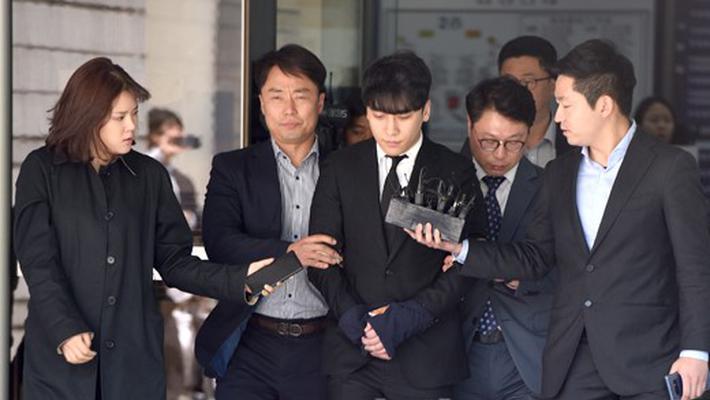 胜利双手被绑或将被拘留 结束审讯离开法院