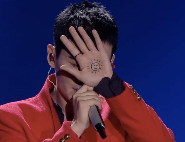 朱一龙演唱《太阳》 手心画笑脸太阳被赞有创意