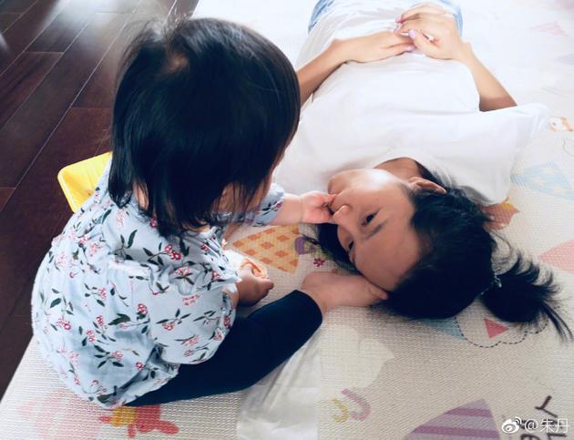 朱丹晒女儿给自己喂食照
