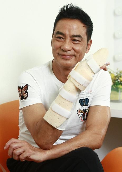 任达华右手手指永留刀疤 难望完全康复