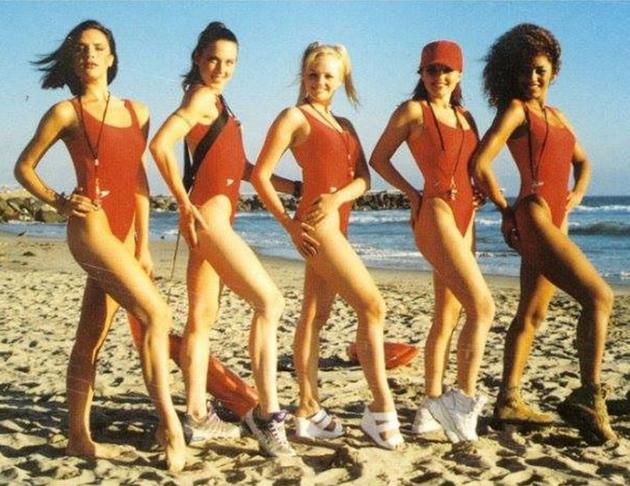 维多莉亚晒辣妹泳装合照 同穿红色连体泳装秀美腿