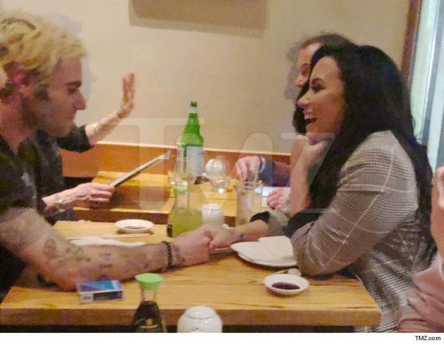 黛米洛瓦托与服装师亨利牵手共进晚餐。